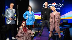 Mikko Silvennoinen, Ronja Stanley, Eva Frantz, Marco Bjurström och Tuure Boelius står framför Eurovisionslogon.