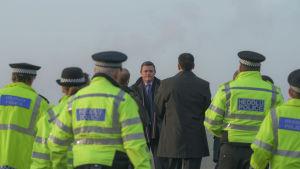 Luke Allen ja liuta poliiseja heijastavissa poliisiliiveissä.