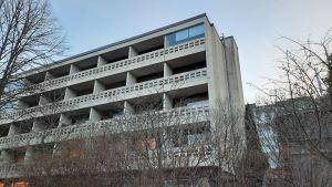 Fasaden av ett flervåningshus med balkonger.