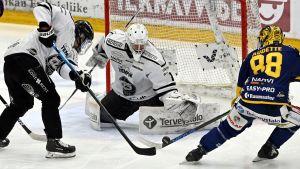 Andrej Karejev räddar ett skott från Lukko.