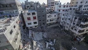 Bild på ett sönderbombat höghus i Gaza.