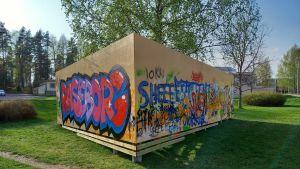 En graffitivägg med färgglada målningar.