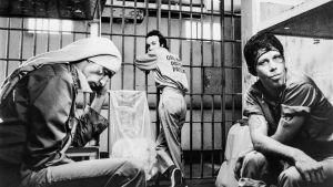 Kolme miestä, Roberto (Roberto Benigni), Jack (John Lurie) ja Zack (Tom Waits), lorvivat vankilasellissä elokuvassa Down by Law.
