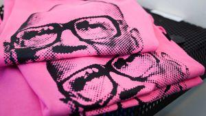 Viikattuja pinkkejä t-paitoja, joissa on Kekkosen kuva.