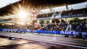 Kira Kytölä hoppar mot längdgropen.
