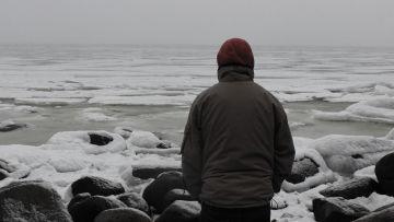 Ensam man vid ett isigt hav.