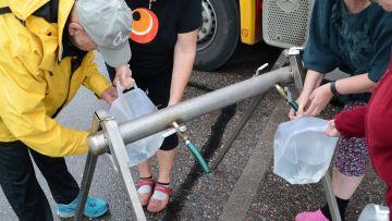 Söderkullabor hämtar dricksvatten