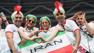 Iranska fotbolssupportrar gör hjärtan.