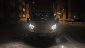 En taxibil står på en mörk och snöig gata i Karis, Tor-Erik Stolpe sitter bakom ratten och gör anteckningar.