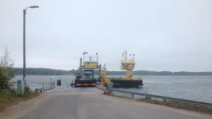 Färjan Nagu 2 står i Pärnäs på grund av tekniskt fel.