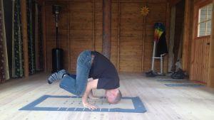 """Henrik Wiik har börjat dra """"Kara-yoga"""" i Nedervetil. Den här ställningen är kanske ännu lite överkurs för deltagarna där."""