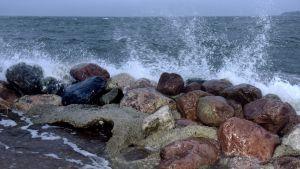 Vågorna slår mot stranden i Eira i Helsingfors