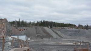 Rudus har krossat sten färdigt på det här området som är tio hektar. Inkoo Shippings har det som lagerplats nu.