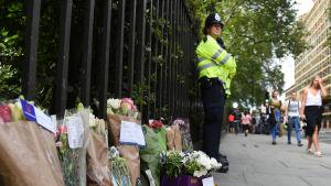 Blommor i London efter knivhuggning den 4 augusti 2016.
