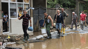 Måndag är en nationell sorgdag i Makedonien där räddningsarbetet fortsätter i huvudstaden Skopje.