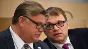 Utrikesminister Timo Soini och statsminister Juha Sipilä i riksdagen den 1 juli 2016.