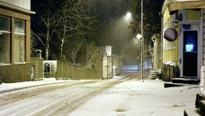 En öde gata täckt av snö tidigt på morgonen.