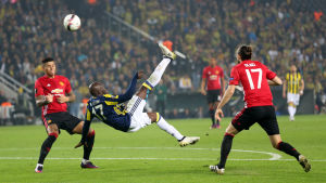 Moussa Sow gör 1-0 för Fenerbache mot Manchester United.