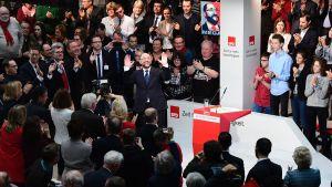 Martin Schulz tar emot applåder på ett SDP-möte i Berlin 29.1.2017
