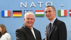 Natos generalsekreterare Jens Stoltenberg hälsar USA:s utrikesminister Rex Tillerson välkommen till Natos utriksministermöte i Bryssel 31.3.2017