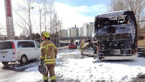En av Strandlinjetrafiks bussar totalförstördes i en brand på torsdagseftermiddagen.
