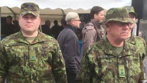 Två estniska officerare på evenemang ordnat av det estniska försvaret och landets försvarsindustri.
