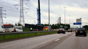 LKS 20170807 Kehä kolmoselle pudonnut tieliikenteen ohjaustaulu ruuhkautti liikenteen idän suuntaan maanantaina 7. elokuuta 2017.
