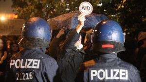 Den tyska polisen blockerar vägen för demonstranter utanför nattklubben där högerpopulistiska AfD håller valtillfälle.