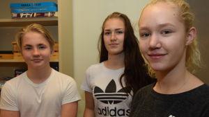 Elever i nian i Hangö högstadium. De heter Rasmus Rantanen, Andrea Müller och Li Winberg.