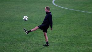Jürgen Klopp sparkar en boll på Liverpools träning.