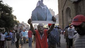 Zimbabwier firar efter beskedet från Mugabe att han avgår.