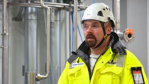 Processkötare Ronnie Gustafsson inne på fyrans fabrik på Fermions fabriksområde i Hangö.