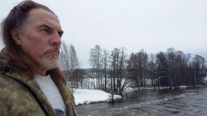 Christer Kalenius har räddat närmare 90 svanar från att dö i vinterkylan