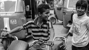 indiska barn i trafiken med moped