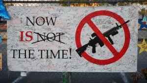 En affisch som förespråkar förbud mot halvautomatiska vapen utanför gymnasiet Marjory Stoneman Douglas High School i Parkland, Florida.