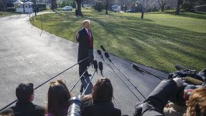 Donald Trump svarade kort på frågor om Tillerson och Pompeo utanför Vita huset, då han var på väg till sin helikopter
