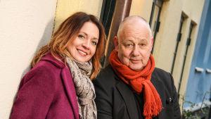 Pernilla Månsson Colt och Gert Wingårdh står vid en husfasad.
