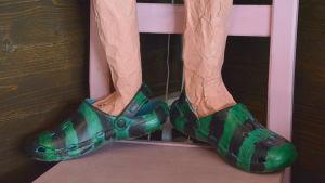 Fröken Finlands gröna crocs-sandaler.