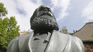 En staty av Marx på utställningen i Trier.