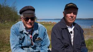 två män vid strand