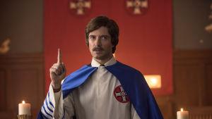 David Duke (Topher Grace) i festskrud inför ett Ku Klux Klan-möte.