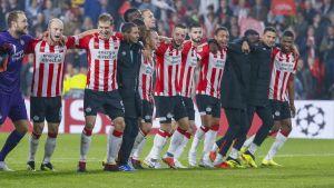 PSV Eindhovens spelare firar avancemanget.
