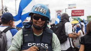 Journalister skyddar sig med skottsäker väst och hjälm när de bevakar demonstrationer.