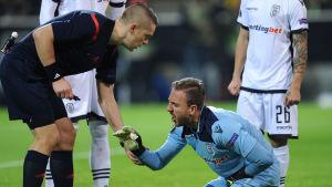 Mattias Gestranius talar med skadad spelare.