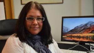 Johanna Lemström på sitt arbetsrum på tidningen Västra Nyland.