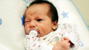 Nyfödd baby med ilsken uppsyn