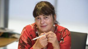 kvinna med penna i handen