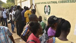 Många nigerianer hade redan åkt långa vägar till sina hemort för att rösta.