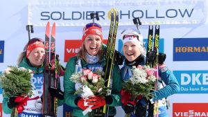Denise Herrmann, Franziska Hildebrand, och Kaisa Mäkäräinen utstrålar av glädje på prispallen i Soldier Hollow.