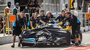 Williamsteamet för George Russells bil till depån